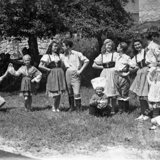 210_39: Tečajniki prvega gledališkega tečaja nastopajo v aprilu 1944 v Črnomlju. Črnomelj, 25. julij 1944, foto: Kos.