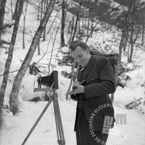 257-1215_7: Partizanski fotograf Evgen Sešek pri svojem delu na Gorenjskem, 1944 - 1945, foto: neznan.