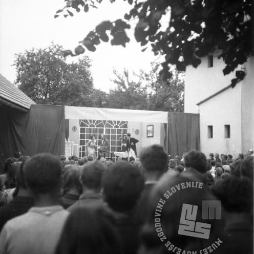"""258_1: 258_12: Miting na prostem v Loki pri Črnomlju: Člani SNG uprizarjajo prizor iz """"Snubača"""", avgust 1944, foto: neznan."""