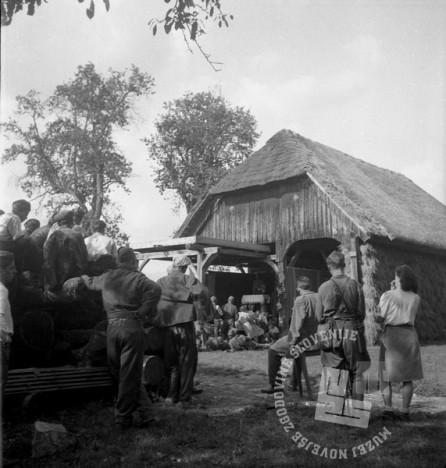 """258_12: Miting pod kozolcem v Bušinji vasi: Člani SNG uprizarjajo Čehovo igro """"Medved"""", avgust 1944, foto: neznan."""