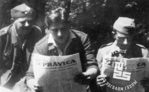 4218-4: Partizani pri branju Ljudske pravice, foto: neznan.