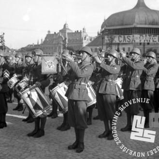 P_43: Kongres italijanske vojaške godbe pred Kazino na Kongresnem trgu. Ljubljana, julij 1941, foto: dr. Jakob Prešeren.