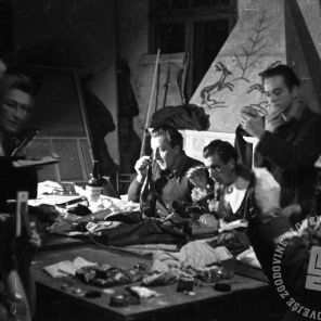 """456_9: Člani SNG pri ličenju za predstavo """"Namišljeni bolnik"""", Črnomelj, november 1944, foto: Alfred Kos."""