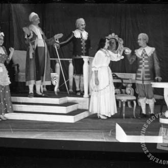 """456_22: Prizor iz predstave """"Namišljeni bolnik"""", Črnomelj, november 1944, foto: Alfred Kos."""
