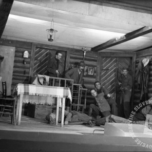"""821_1: Prizor iz Matej Borove igre """"Razstrganci"""", Črnomelj, 1945, foto: Edi Šelhaus."""