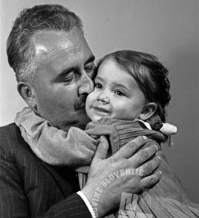 Poljub in očetovska ljubezen: Lojze Jerančič s hčerko. V celotnem 20. stoletju so fotografije, ki prikazujejo poljube in nežnost med očeti in hčerkami, zelo redke. Oktober 1952. Foto: Božo Štajer