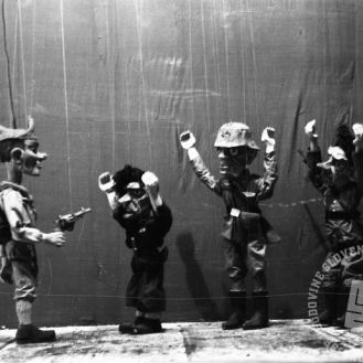 Film_1723_016: Jurček, kot partizan ujame tri razbojnike, Črnomelj, 12.2.1945, foto: Stane Viršek