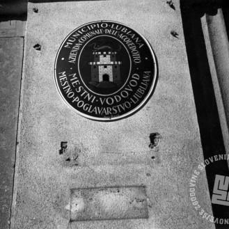 """P_61: Odstranjevanje slovenskih napisov na različnih stavbah; Postavitev dvojezičnih tabel - """"Ljubljana dobiva italijansko oblačilo"""". Ljubljana, september 1941, foto: dr. Jakob Prešeren."""
