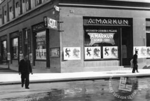 """P_72: """"Okrasitev"""" Ljubljane s plakati, ki so vabili na velesejem leta 1941. Plakati na stavbi usnjarne Antona Markuna na vogalu med Miklošičevo in Masarykovo ulico. Ljubljana, oktober 1941, foto: dr. Jakob Prešeren."""