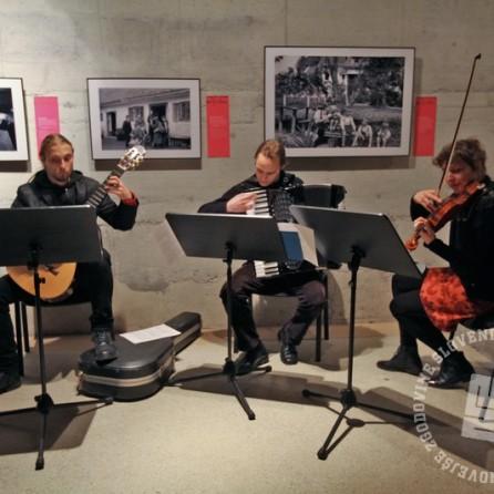 Glasbeniki Ana Obreza (violina), Jernej Kreže (kitara) in Urban Debevec (harmonika), foto: Sarah Poženel.