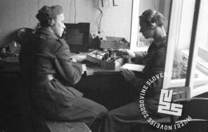 149_13: Radiotelegarfista sprejemata vesti, Črnomelj, maj 1945, Foto: Bavec, Pirnat.
