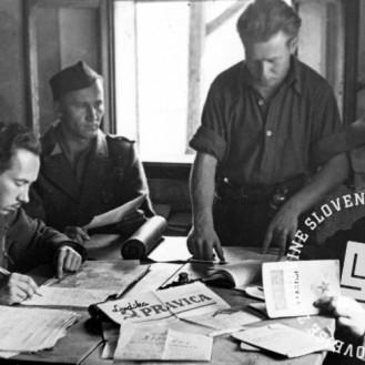 TN249_34: Propagandni odsek Gubčeve brigade, 1944. Foto: Alfred Kos.