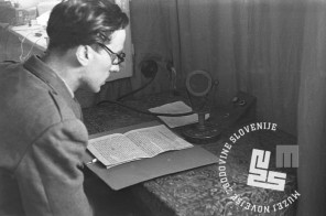 TN930_9: Oddajna soba ROF Črnomelj; studio, napovedovalnica (nekdanja shramba). Črnomelj, marec 1945, foto: Alfred Kos.
