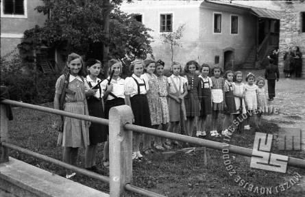 Tudi deklice niso želele zaostajati za fanti. Foto: Maksimilijan Zupančič-Milijan