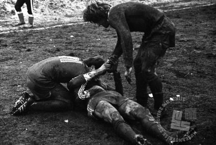 DE8412_70: Poljub in objem po nogometnem zadetku na tekmi med NK Olimpijo ter NK Svoboda, marec 1984, foto: Miško Kranjec.