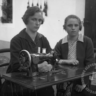 LP2180: Makonova in prijateljica pri stroju, 1927, foto: Peter Lampič.