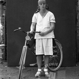 LP3872: Zupančič Marija s kolesom, 1930, foto: Peter Lampič.