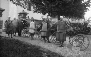 LP969: Pred cerkvijo sv. Jurija v Stožicah, z vozički, 1934, foto: Peter Lampič.