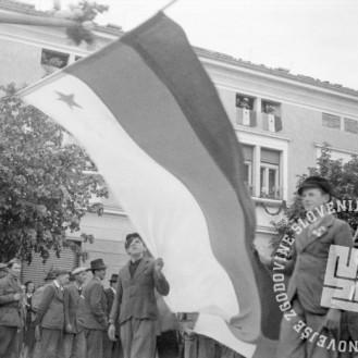 FS2122_3: Ob ustanovitvi narodne vlade v Ajdovščini: Dečki s slovensko zastavo z zvezdo na beli podlagi, 5. maj 1945. Foto: Edi Šelhaus.