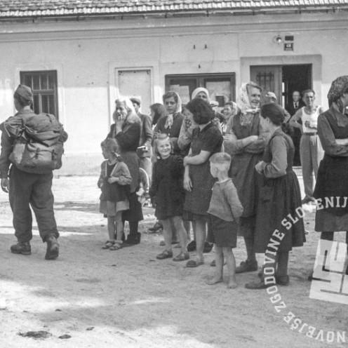 FS2155_13: Pohod partizanskih enot proti Šmarju Sap in Škofljici: domačini ob cesti opazujejo partizane, 8. maj 1945. Foto: Milan Štok.
