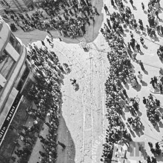FS2188_2: Pogled na množico na ulici pred glavno pošto iz ptičje perspektive, 9. maj 1945. Foto: Kramarič.