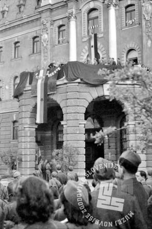FS2223: Ob prihodu vlade v Ljubljano: Oton Župančič govori množici iz balkona Univerze v Ljubljani, 10. maj 1945. Foto: Potrč.