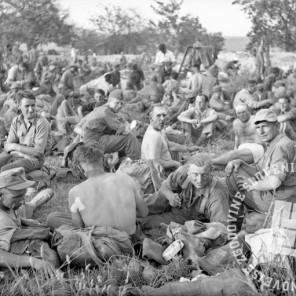 FS2268_3: Vojni ujetniki v taborišču v Šentvidu pri Ljubljani, 13. maj 1945. Foto: Kramarič.