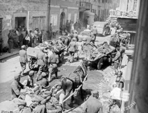 škatlica št. 7_03: Nemški in domobranski vojaki ter civilisti se umikajo pred partizansko vojsko iz iz Tržiča, v začetku maja 1945. Foto: Janko Nadižar(?).