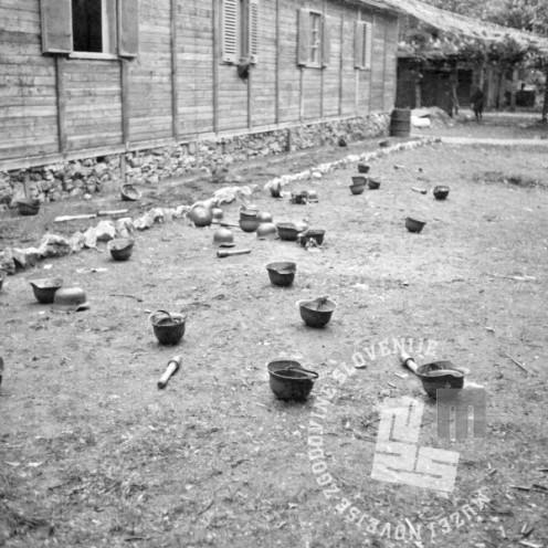 FS2073_9: Nemške čelade po bojih za Opčine pri Trstu, 3. maj 1945. Foto: Slavko Smolej.