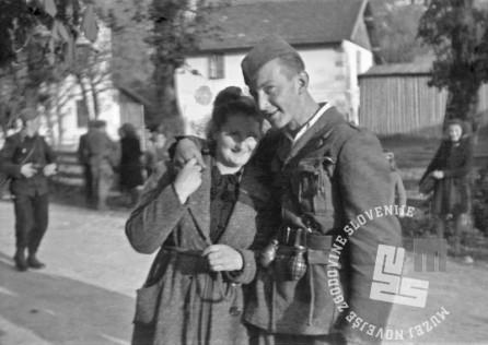 FS2240: Privatni posnetki, dekle in partizan, prihod partizanov v Bohinjsko Bistrico, 10. maj 1945. Foto: Finžgar.