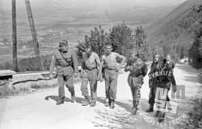 FS2198_32: Prvo srečanje partizanov z jetniki taborišč, ki pešačijo proti Gorenjski, 10. maj 1945. Foto: Slavko Smolej.