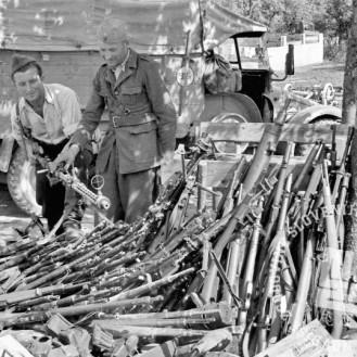 FS 2302_19: Zaplenjeno orožje v Ziljski dolini, med 10. in 20. majem 1945. Foto: Slavko Smolej.