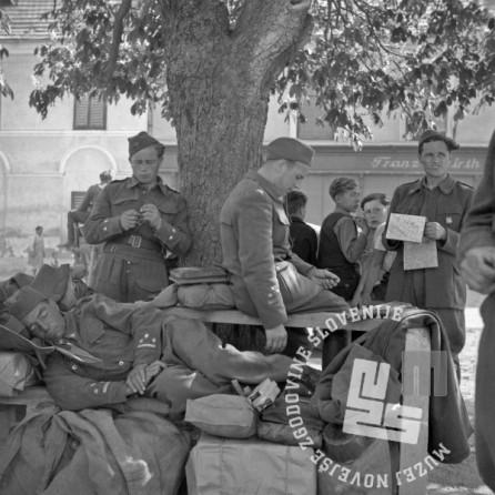 FS2250_4: Prihod partizanov v Ljutomer, počitek vojakov pod drevesom, 10. maj 1945. Foto: Pfeifer.