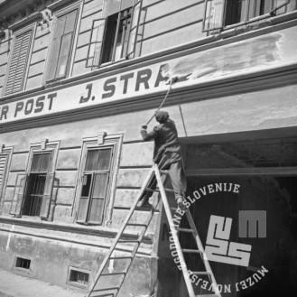 FS2250_5: Prihod partizanov v Ljutomer, odstranjevanje nemškega napisa na hiši v Ljutomeru, 10. maj 1945. Foto: Pfeifer.