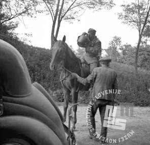 FS2251_6: Prihod partizanov v Ljutomer, borci 3. jugoslovanske armade, vojak na konju pije iz lončene posode, 10. maj 1945. Foto: Pfeifer.