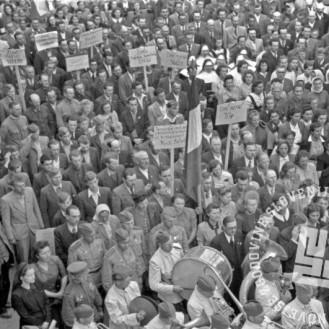 FS2057_6a: Množica na proslavi ob osvoboditvi Murske Sobote, 2. maj 1945? Foto: Jože Kološa.