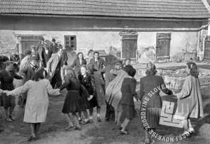 FS2053_36: Udeleženci proslave plešejo kolo, miting v Beltincih, 1. maj 1945. Foto: Jože Kološa.