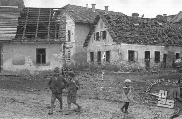 Otroci brezskrbno postopajo med ruševinami po napadu na Mokronog septembra 1943. Foto: Maksimilijan Zupančič - Milijan