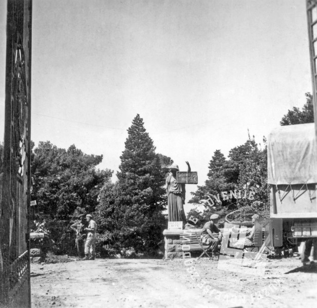 FS2104_9: Angleški vojaki v taboru pri Miramaru; vojaki so kip okrasili s čelado in napisom »Going home?« (Gremo/Greš domov?), 4. maj 1945. Foto: Drago Vidmar.