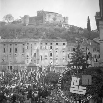 FS2134_8: Pogled na grad preko manifestirajoče množice na Travniku (Piazza della Vittoria), 5. maj 1945. Foto: Edi Šelhaus.