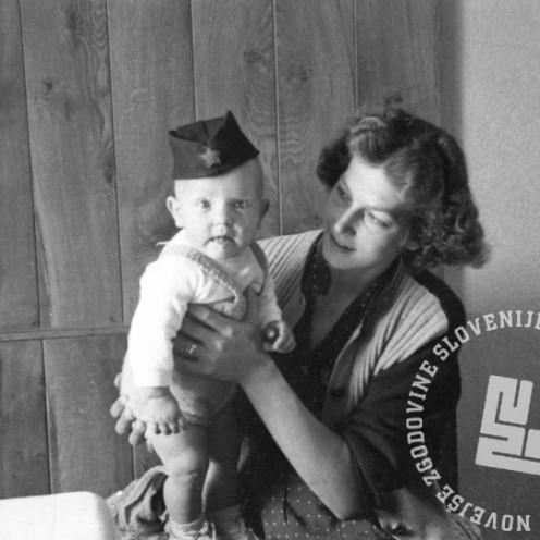 FS2105_38: Privatni posnetek matere z otrokom, manifestacija ob prihodu partizanov v Gorico, 4. maj 1945. Foto: Črtomir Škodler.