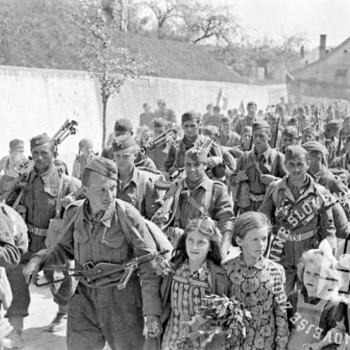 TN711_19: Pogled na prihajajočo V. prekomorsko brigado v Črnomelj, 17. april 1945. Foto: Stane Viršek.