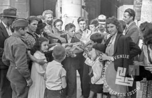 FS2212: Ljudje željni novic, kupujejo časopis, 10. maj 1945. Foto: Dolenc.