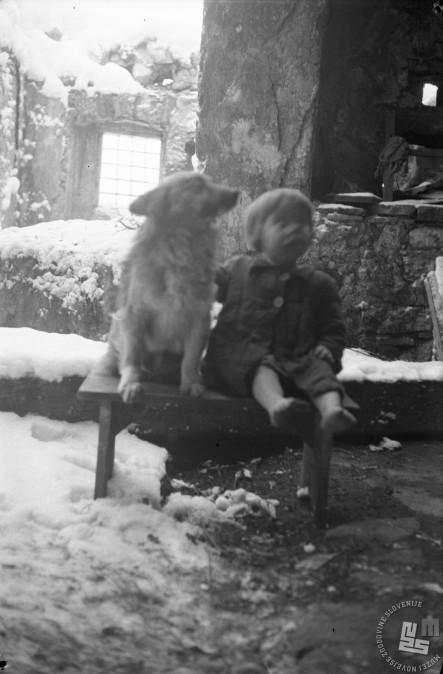 Deklica Marica pozimi leta 1945. Foto: Edi Šelhaus