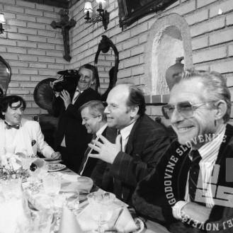 NB602_16: Zajtrk pri Ivanu Krambergerju, 15. april 1990, foto.: Nace Bizilj, hrani: MNZS.