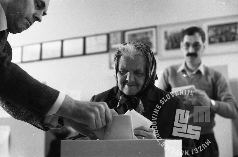 NB714_4: Ženica na volišču, 8. april 1990, foto: Nace Bizilj, hrani: MNZS: