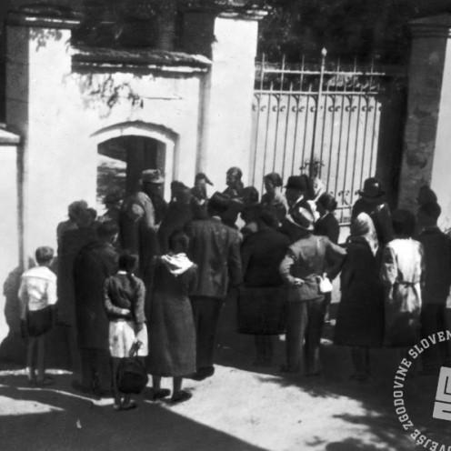 1277:Svojci zapornikov pred vhodnimi vrati jetnišnice, foto: neznan, hrani: MNZS.