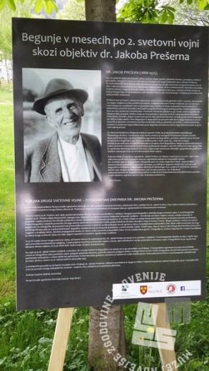 """Uvodni pano razstave """"Begunje v dneh po koncu 2. svetovne vojne v objektivu dr. Jakoba Prešerna."""", foto: arhiv MNZS."""