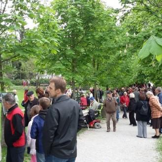 Obiskovalci spominske slovesnosti v Begunjah na Gorenjskem, foto: arhiv MNZS.