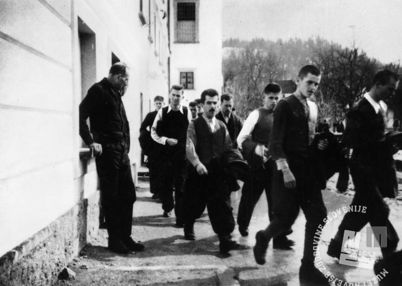 409: Zaporniki na dvorišču begunjske jetnišnice, foto: neznan, hrani: MNZS.